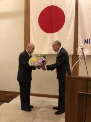 山口恭正新会長より古居一雄直前会長へ花束と記念品贈呈
