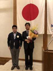 深津茂樹幹事から渡辺真一直前幹事へ花束と記念品贈呈